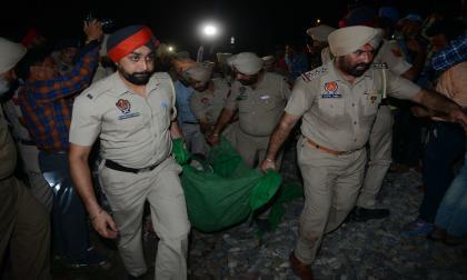 Accidente de tren en la India deja al menos 50 muertos