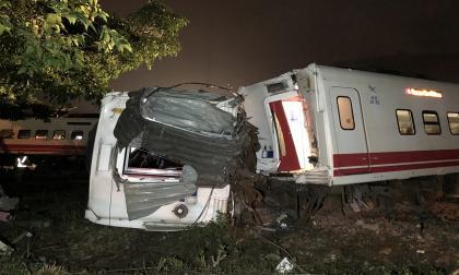 Al menos 22 muertos en descarrilamiento de un tren en Taiwán