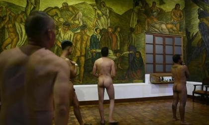 En video   Nudistas entre desnudos de un museo de Medellín