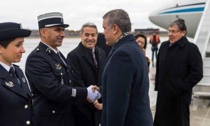 El presidente Duque cuando era recibido en el aeropuerto de París.