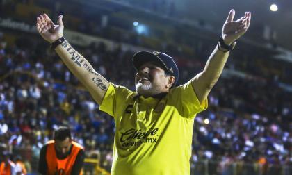 Diego Armando Maradona festeja frente a la fanaticanda de Dorados de Sinaloa.