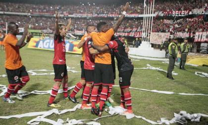 Los jugadores del Cúcuta celebran el título de la'B'.