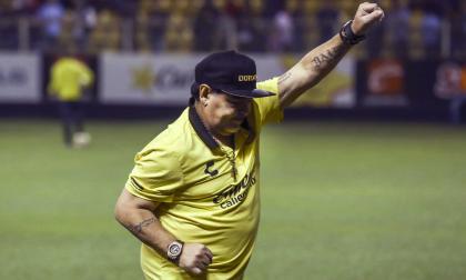 Maradona celebrando la anotación de su equipo.