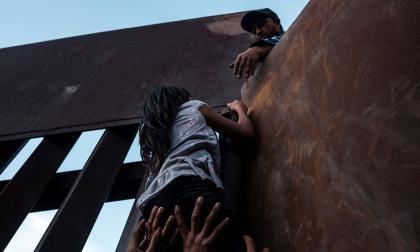 Escalar el muro en México, el desafiante intento de migrantes