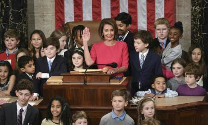 Rodeada de hijos y nietos de sus colegas legisladores, la demócrata Nancy Pelosi jura como nueva presidenta de la Cámara de Representantes de EEUU.