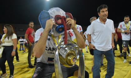 Viera celebró con una máscara de marimonda la conquista de la octava estrella en Medellín.