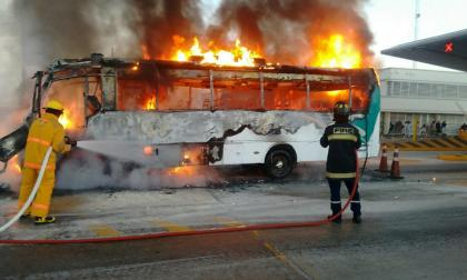 Se incendió una buseta en el peaje de Tasajera