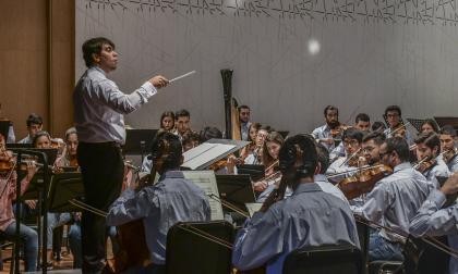 Juan Pablo Valencia dirige a la Orquesta Filarmónica Joven de Colombia.