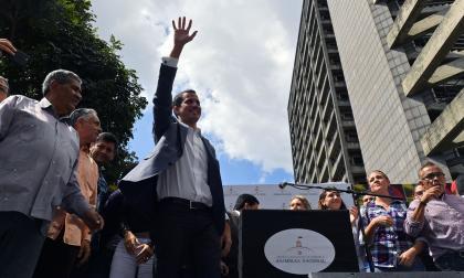 Líder de Asamblea Nacional se proclama presidente de Venezuela