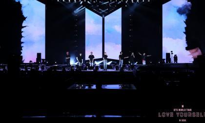 Jin, Suga, J-Hope, RM, Jimin, V y Jungkook  en la tarima del Estadio Olímpico de Seúl (Corea del Sur).