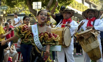 La capitana infantil, Miranda Torres Rosales, durante su participación en el desfile folclórico.