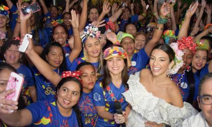 250 mujeres recibieron grado en manualidades del Carnaval