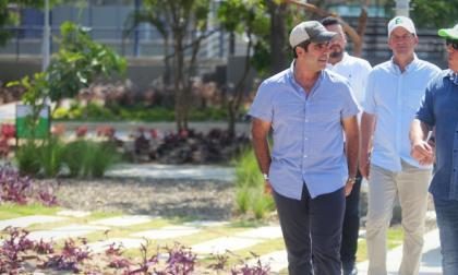 El alcalde Alejandro Char y el gerente de la Agencia Distrital de Infraestructura, Alberto Salah, recorren el parque Bosques del Norte.