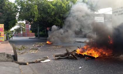 Bloqueos y quemas en el barrio Pumarejo porque no tienen luz desde hace tres días