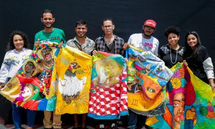 Grafiteros 'pintan' de tradición uno de los vestidos de la reina del Carnaval del Atlántico