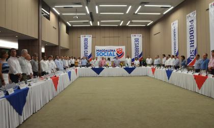 Mandatarios y congresistas costeños durante el foro realizado en Santa Marta.