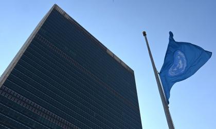 La bandera de las Naciones Unidas ondea a media asta.