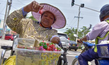 La venta de los dulces le genera 30 o 35 mil pesos diarios, y 40 mil los dias de quincena, que vende un poco más.