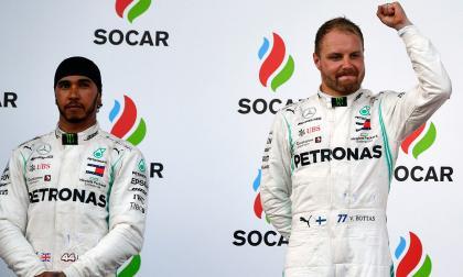 El finlandés Valteri Bottas (der.) celebra el triunfo junto a Lewis Hamilton.