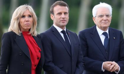 El presidente francés Emmanuel Macron, su esposa Brigitte Macron y el presidente italiano, Sergio Mattarella, posan por el castillo de Chambord.