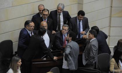 Ernesto Macías, presidente del Congreso, con senadores y equipo del Gobierno.