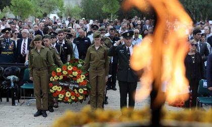 Los soldados israelíes y otros participantes permanecen en silencio, mientras suena una sirena para conmemorar el Holocausto.