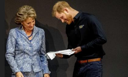 El príncipe Enrique recibe un overol para su bebé Archie