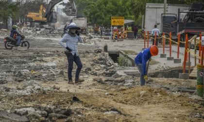 Obreros trabajan en la pavimentación de la calle 30, a la altura de la carrera 4.