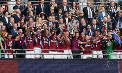 Aston Villa celebrando su paso a la primera división de la Premier League.