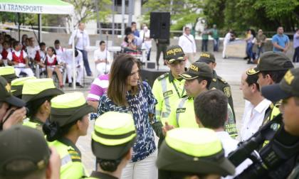 La ministra de Transporte dialoga con miembros de la Policía.