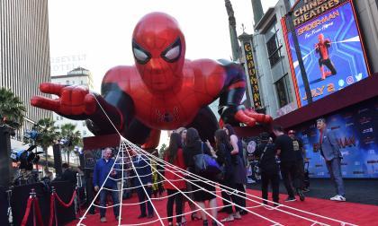 Un gigante Spider-Man inflable estuvo el viernes en la alfombra roja para el estreno mundial de la cinta, que en Colombia será este 4 de julio.