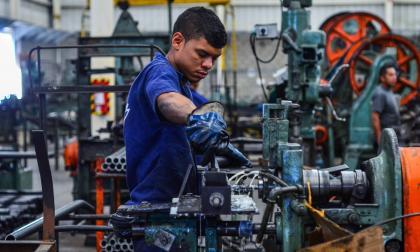 Empleado de una empresa industrial y manufactura de tornillos en Galapa.