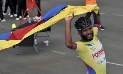 El patinador barranquillero Alex cujavante celebra con la bandera de Colombia.