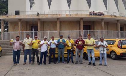 Taxistas se encadenan en protesta a plataformas ilegales