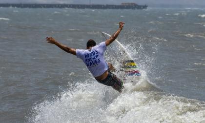 Hora del surf en las playas de Pradomar