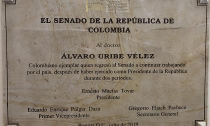 Placa de Macías para Uribe en el Congreso enciende la polémica