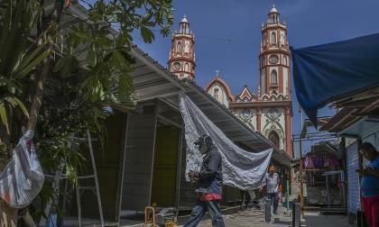 Parte de los mobiliarios que están siendo colocados a un costado de la plaza de San Nicolás.