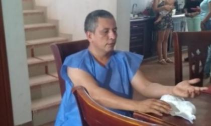 El párroco Rodolfo Reyes tras ser atendido.