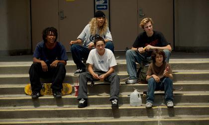 En ‹Mid 90s'› Stevie, el protagonista, quiere evadir a su familia disfuncional con nuevos amigos y en skate.