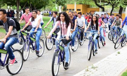 "232 estudiantes samarios van a la ""U"" en bicicleta"
