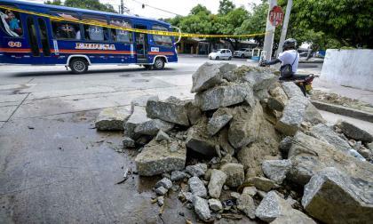 Con escombros y cintas fue cerrada esta calle en Las Palmas para impedir el tráfico de vehículos pesados.
