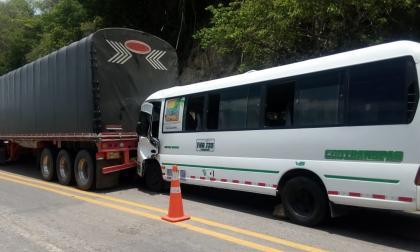 Choque de bus de turistas en la Troncal de Caribe deja 20 heridos