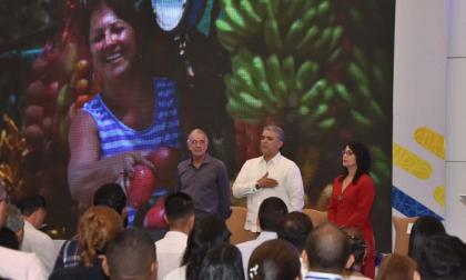 Eduardo Verano, gobernador del Atlántico, Iván Duque Márquez, y Rosmery Quintero, presidenta nacional de Acopi en el cierre del congreso del gremio en el centro de convenciones de Acopi en Barranquilla.