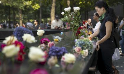 Personas reunidas para realizar homenaje a los fallecidos en el atentado.