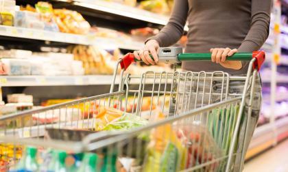 Un consumidor realiza compras para su hogar en un supermercado.