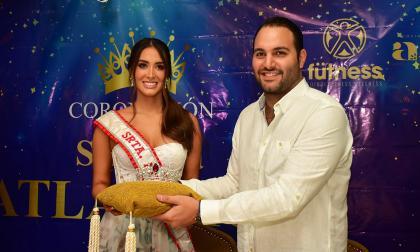 Claudette Abuchaibe junto a Daniel Domínguez, de Royal Art, en la presentación de la corona.