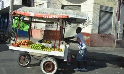 Un vendedor ambulante durante su recorrido por las calles de la ciudad.
