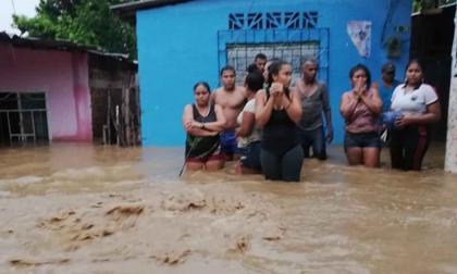 Personas en medio de la inundación.