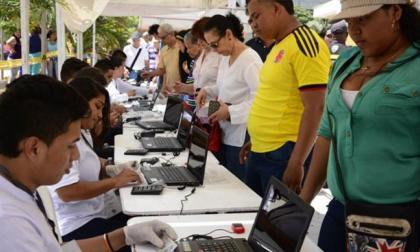 Momento en el que corroboran las identidades de los votantes en Barranquilla.