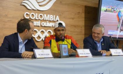 Anthony Zambrano (centro), en conferencia de prensa junto a Ernesto Lucena (izq.), Ministro de Deportes, y Ciro Solano, dirigente del Comité Olímpico Colombiano.